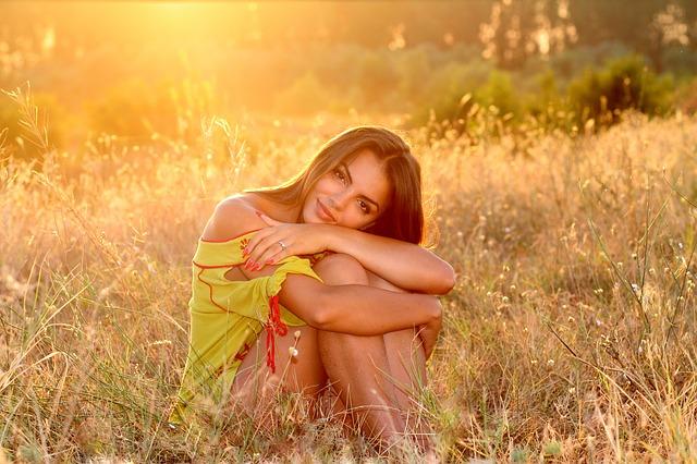brunetka při západu slunce