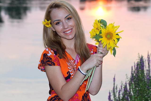 blondýna se slunečnicemi