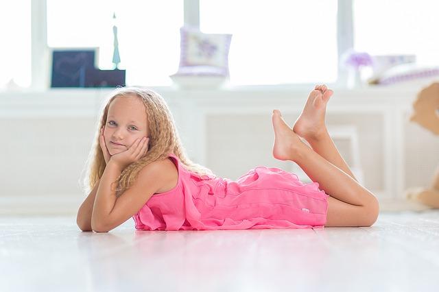 blondýnka v růžových šatech