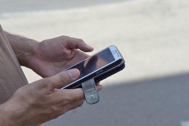 mobilní telefon u muže