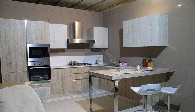 moderní kuchyně ve světlém dekoru