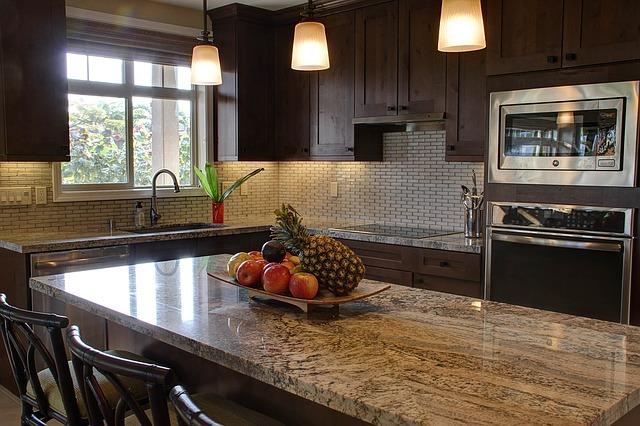 moderní kuchyně v tmavě hnědém dekoru
