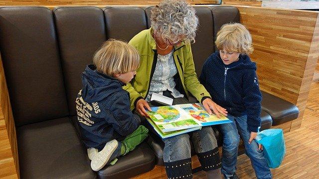 babička s vnuky nad knihou