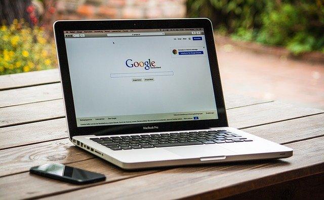 notebook se spuštěným prohlížečem