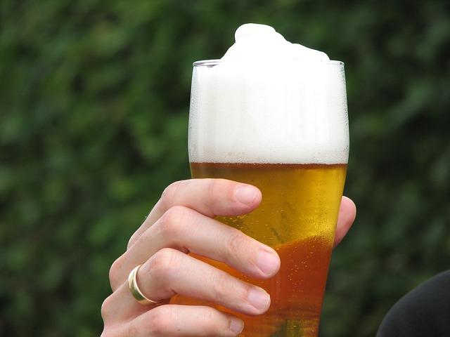 sklenice piva v ruce