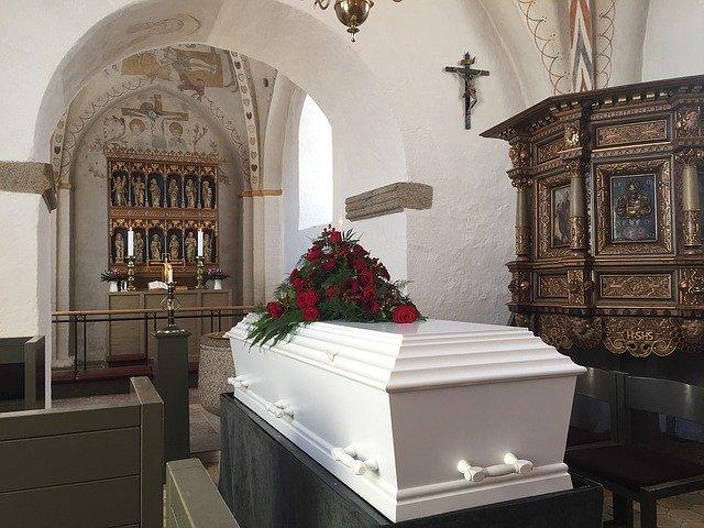 rakev připravená na pohřeb