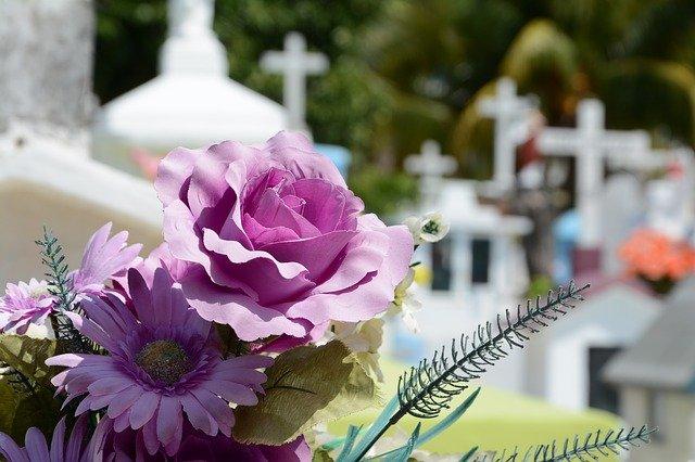 květiny na hřbitově