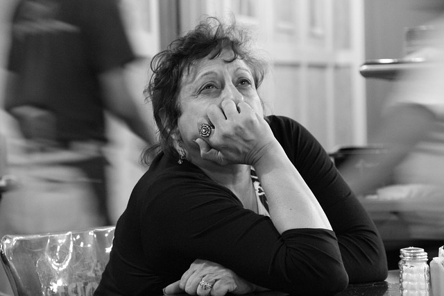 smutná žena v černém