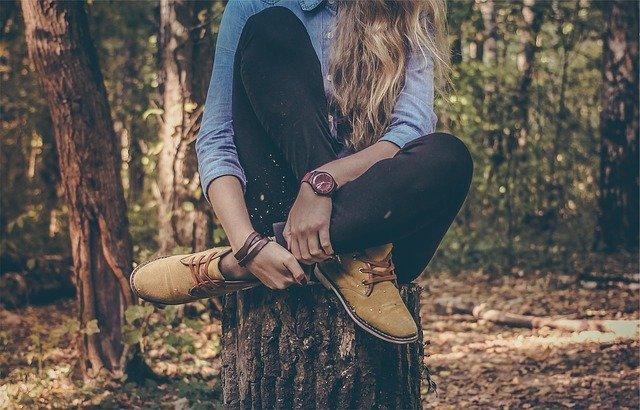 ležérně oblečená dívka