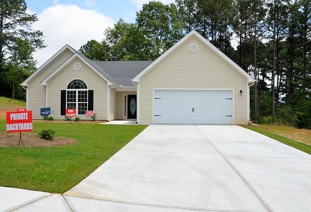světlý dům, bílá vrata, garáž