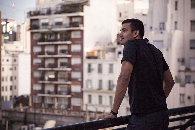 muž na terase