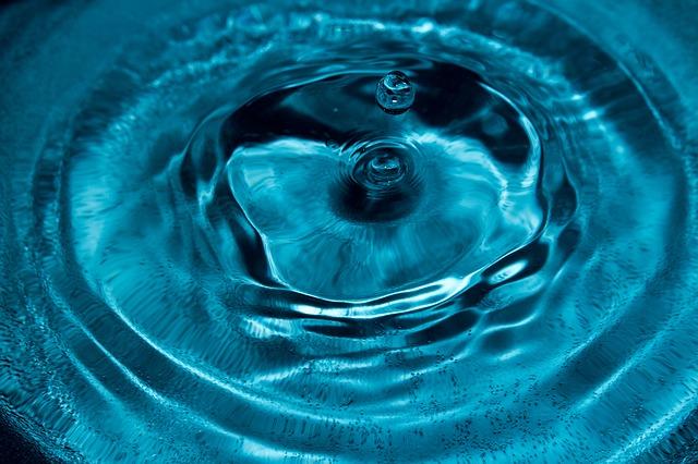 kapka vody nad hladinou