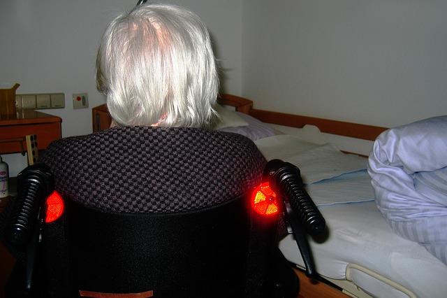 seniorka na vozíku