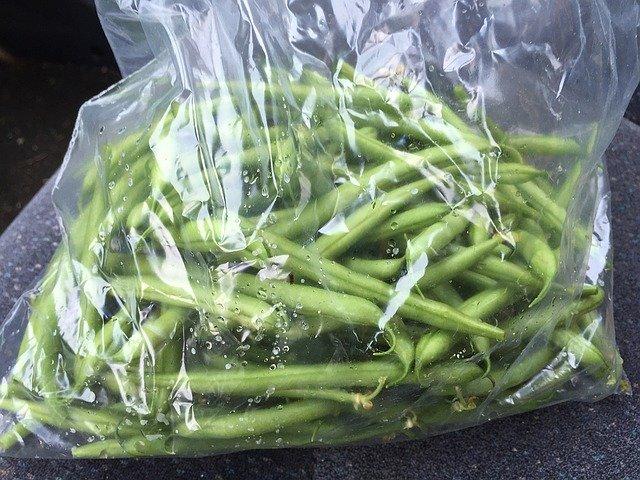 zelené fazolky a plastový sáček