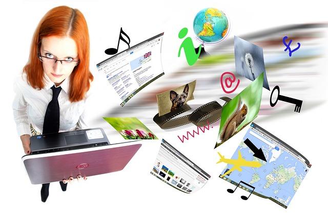 žena drží notebook a z něho vylétá spousta nápadů