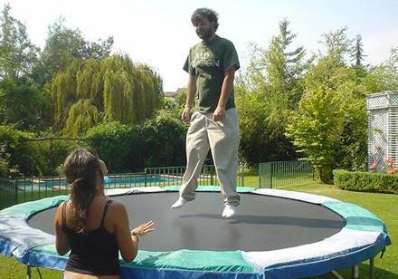 muž na trampolíně