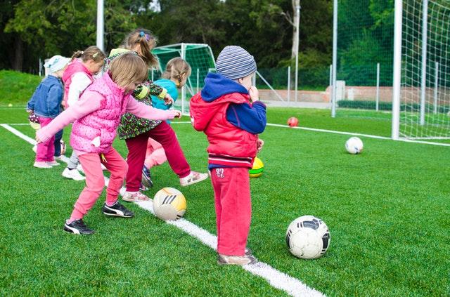 Malé děti hrající fotbal
