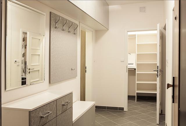 nábytek na chodbě