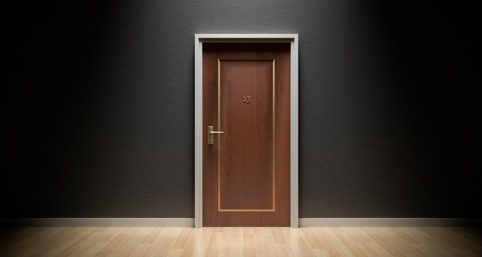 vchodové dveře s číslem 13
