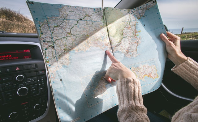 tištěná mapa, jak se na ní dívají v autě