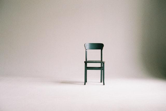 Židle stojící v prázdném pokoji