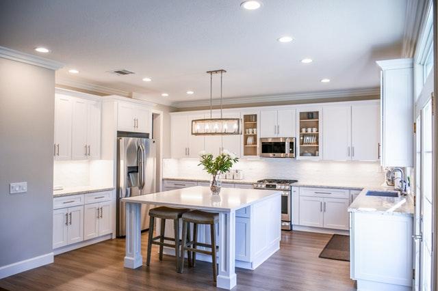 dřevěná podlaha ladí s bílou kuchyní
