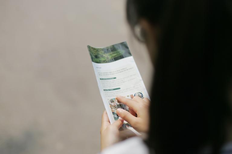 žena co čte informace na letáčku