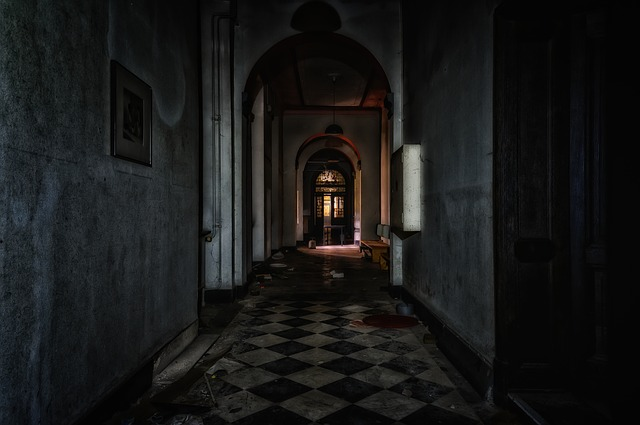 tmavý interiér