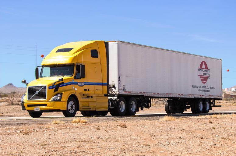 žlutý kamion na silnici