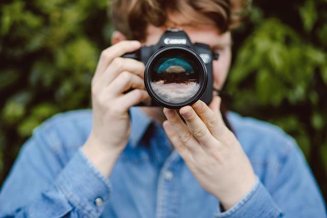 žena držící fotoaparát