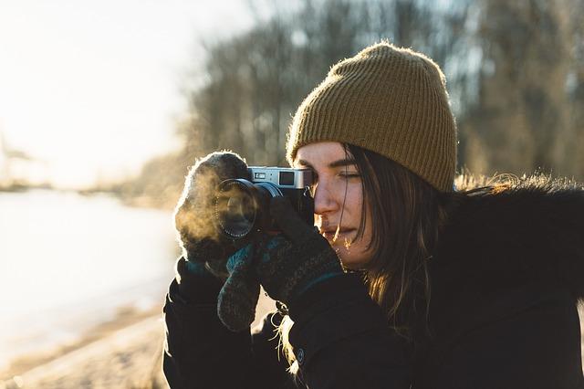 fotící žena v přírodě