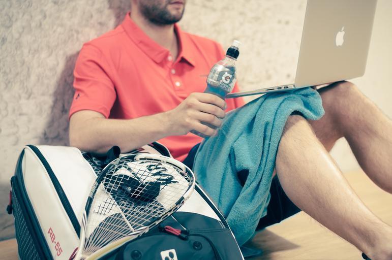 muž, který sportuje, má PC a drink…
