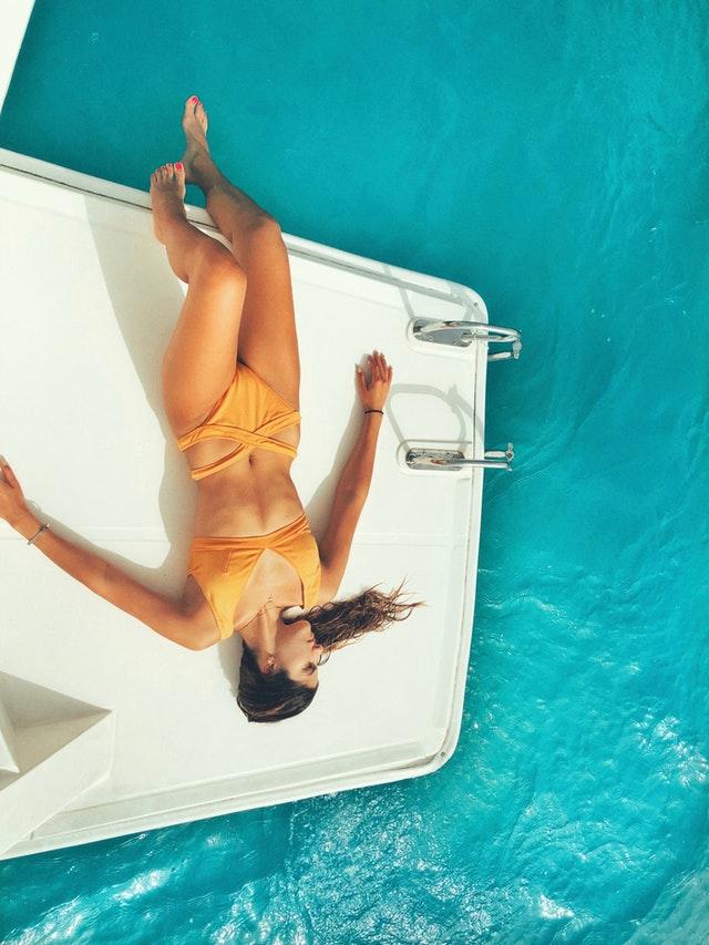 opalování na lodi, oranžové plavky