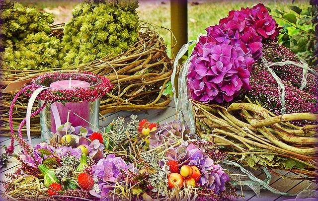 Proutěný věnec dekorovaný živými květinami