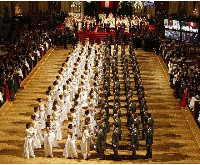 slavný Vídeňský bál se spoustou tanečníků